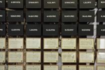 Hervé Beurel: Carré central. Tirage numérique sur papier peint, 2014. Accroché dessus: DMC Mariages, 1969-1999, Angleterre/Pays de Galles, 53 peintures acryliques sur toiles et 53 certificats de mariage encadrés,1999. Vue de l'exposition: Flying Black Cow Utopia Club. Galérie du Dourven. Trédez-Locquémeau. 2014. Photo: Hervé Beurel.
