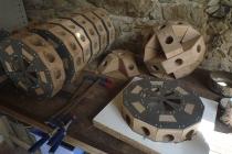 Fabrication du squelette de l'incroyable hérisson volant dans l'atelier à Château-Gontier, 2016.
