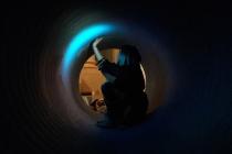 Isaline Catteau nettoie un des tuyaux. Lors du workshop, Hotel Dynamite. La Chapelle Saint Jacques. Saint Gaudens. 2018. © David Michael Clarke ADAGP.
