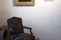 Sharon Kivland, Anonyme et Cindy Sherman dans la salle des femmes. Exposition: Hotel Particulier. Comissaires: Anabelle Hulaut & David Michael Clarke. Musée d'art et d'Histoire. Château-Gontier. 2005. Photo: Marc Domage.