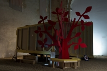 L'arbre rouge dans l'exposition, Outide-In. Wooden Tree. Outside-In. La Chapelle du Genêteil. 2015.