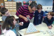 Enseigner & apprendre. Réalisation des sculptures à partir des balles de golf récupérées. Dans le cadre d'une résidence artistique organisé par le Frac Normandie Caen au Collège Sainte Thérèse à Saint-Pierre-en-Auge. 2017.