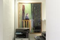 Philippe Ramette - Balcon. Dans l'exposition, Placard-Placard. Dans le cadre d'une résidence artistique organisé par le FRAC Normandie Caen au Collège Sainte Thérèse à Saint-Pierre-sur-Dives. 2017.