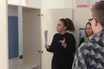 Kenza, élève de 3ème, explique à ses camarades la présence d'une oeuvre de François Morellet dans l'armoire de Mme Pélan. Exposition, Placard-Placard. Dans le cadre d'une résidence artistique organisé par le Frac Normandie Caen au Collège Sainte Thérèse à Saint-Pierre-en-Auge. 2017.