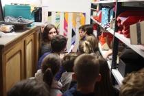 Emeline, élève de 3ème, explique à ses camarades la présence d'une oeuvre de Gilles Mahé dans le placard au fond de l'atelier techno. Exposition, Placard-Placard. Dans le cadre d'une résidence artistique organisé par le Frac Normandie Caen au Collège Sainte Thérèse à Saint-Pierre-en-Auge. 2017.
