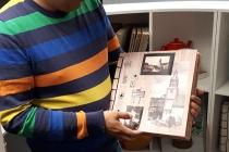 Livrés réalisés en carton ondulé par les habitants de Vitré Communauté. Exposition 'Solarium'. Médiathèque Madame de Sévigné, Vitré. 2019. © ADAGP Paris 2019 / David Michael Clarke.