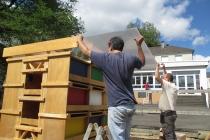 L'installation de l'unité d'Habitation pour 24 Lapins dans la ferme pédagogique de l'école Pierre & Maire Curie. Mayenne. 2015.